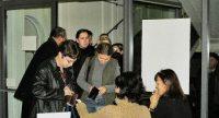 Menschen bezahlen ihre Tickets am Eingang, Quelle: DTF