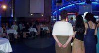 Frauen auf der Tanzflähe blicken auf sitzende Menschen, Quelle: DTF