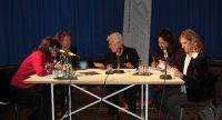 Diskussionsteilnehmerinnen rund um einen Tisch auf dem Podium, Quelle: DTF