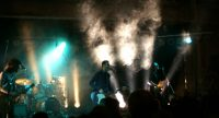 Band auf nebliger Bühne vor Silhouette des Publikums, Quelle: DTF