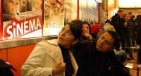 sitzende Menschen vor Wand mit Filmpostern, Quelle: DTF