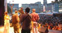 Band auf der Bühne blickt aufs zahlreiche Publikum, Quelle: DTF