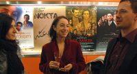 zwei junge Frauen und Kerim Arpad unterhalten sich im Foyer vor Wand mit Filmpostern, Quelle: DTF