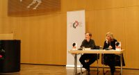 Sabine Adatepe und Ayşe Kulin sitzen nebeneinander vor Banner des DTF, Quelle: DTF