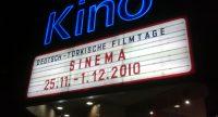 Kinoeingang mit Ankündigungstafel, Quelle: DTF