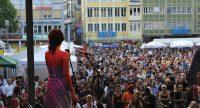 Fatima Spar and the Freedom Fries auf der Bühne mit Publikum im Bildhintergrund, Quelle: DTF