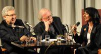 Zülfü Livaneli, älterer Herr und Muhterem Aras sitzend nebeneinander, Quelle: DTF