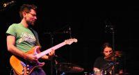 Gitarrist/Sänger und Schlagzeuger auf der Bühne, Quelle: DTF