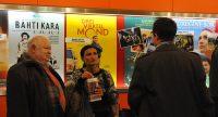 Menschen unterhalten sich vor Wand mit Filmpostern, Quelle: DTF