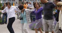 Menschen tanzen zusammen in einer Kette nebeneinander, Quelle: DTF