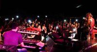 Sänger und Keyboard-Spieler auf der Bühne vor zahlreichem Publikum, Quelle: DTF