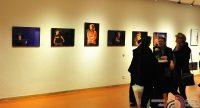 Menschen vor einer Wand mit Fotos der Kabarettwoche, Quelle: DTF