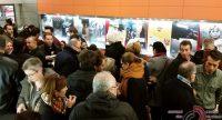 Menschenmenge in einem Saal mit Plakaten zur Filmwoche im Hintergrund, Quelle: DTF
