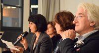 Frau aus dem Publikum liest eine Frage von einem Zettel ab, Quelle: DTF