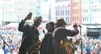 Musiker der Band begrüßen das Publikum und machen ein Selfie, Quelle: DTF
