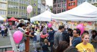 rumwuselnde Menschen in und rund um Zelte auf dem Marktplatz, Quelle: DTF