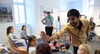Ali Aksoy, Ugur Uygar und Elif Polat vor zuschauenden Kindern, Quelle: DTF