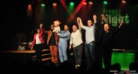 Künstler auf der Bühne haben die Arme zur Verbeugung erhoben, Quelle: DTF