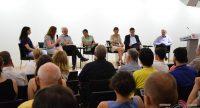 sitzende Diskussionsteilnehmer auf dem Podium vor dem Publikum, Quelle: DTF