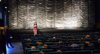 Frau spricht vor Publikum, Quelle: DTF
