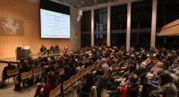 voller Saal mit Blick aufs Podium mit den Diskussionsteilnehmenden im Bildhintergrund, Quelle: DTF