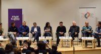 breitformatiges Bild von neun DiskussionsteilnehmerInnen auf der Bühne, Quelle: DTF