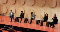 Diskussionsteilnehmer*innen auf der Bühne vor Publikum im Sicherheitsabstand, Quelle: DTF