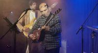 Bassist und Saz-Spieler auf hell beleuchteter Bühne, Quelle: DTF