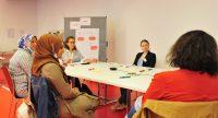 5 Frauen mit und ohne Kopftuch sitzen um einen Workshoptisch und diskutieren, Quelle: DTF