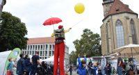 Clown auf Stelzen auf dem Schillerplatz, Quelle: DTF, Fotograf/in: Kerim Arpad