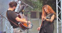 Zwei Musiker*innen spielen auf der Bühne, Quelle: DTF, Fotograf/in: Kerim Arpad