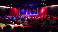 Theaterbühne mit vollem Publikum, Quelle: DTF Stuttgart