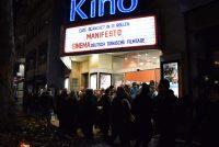 Menschenmenge, die abends vor dem Kino steht. Beleuchtete Kinotafel mit den aktuellen Filmen ist zu sehen., Quelle: DTF Stuttgart