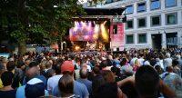 Menschenmasse auf dem Marktplatz schaut auf die Bühne, wo ein Konzert gespielt wird., Quelle: DTF Stuttgart, Fotograf/in: Kerim Arpad