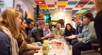 Muntere Gespräche beim KULÜP DTF im Weltcafe, Quelle: DTF