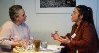 Zwei Frauen im Gespräch, Quelle: DTF