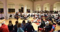 Sitzendes Publikum schaut sich eine Tanzvostellung einer Einzelperson an, Quelle: DTF Stuttgart