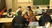 Imagefilm über den DTF: Menschen sitzen in einem Klassenzimmer, Quelle: DTF