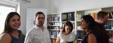 DTF Mitarbeiter*innen mit Geschäftsführer Kerim Arpad in der Geschäftsstelle