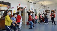 Die Kinder hüpfen in die Luft und fangen Konfetti auf., Quelle: DTF