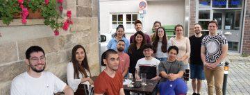 Gruppenbild mit jungen Menschen auf der Terrasse einer Weinstube
