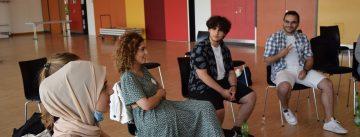 Junge Frauen und Männer im Stuhlkreis