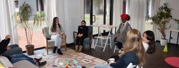 Ein Sitzkreis mit jungen Frauen, Mädchen und einer Referentin