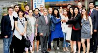 Gruppenbild mit schick gekleideten Männern und Frauen bei einer Preisverleihung, Quelle: DTF