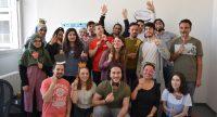 junge Menschen posieren für ein Gruppenbild vor einer weißen Wand, Quelle: DTF