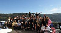 Gruppenbild junger Menschen vor hellem Himmel, Quelle: DTF