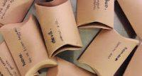 beschriftete Kartonpäckchen auf einem Silbertablett, Quelle: DTF