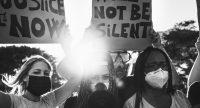 Jugendliche auf einer Demonstration halten Plakate in die Luft., Quelle: canva