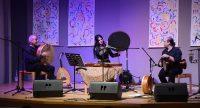 Bühne mit drei musizierenden Personen, Quelle: DTF Stuttgart