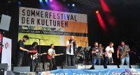 Auf der Bühne des Sommerfestivals der Kulturen stehen acht Musiker, Quelle: DTF Stuttgart